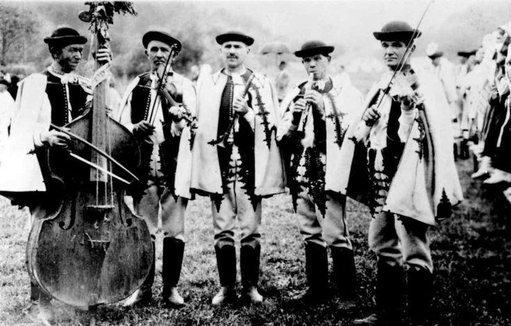 Muzikanti z Veľkých Stankoviec (okr. Trenčín), 1926. Vedecký archív ÚEt SAV, reprodukcia.