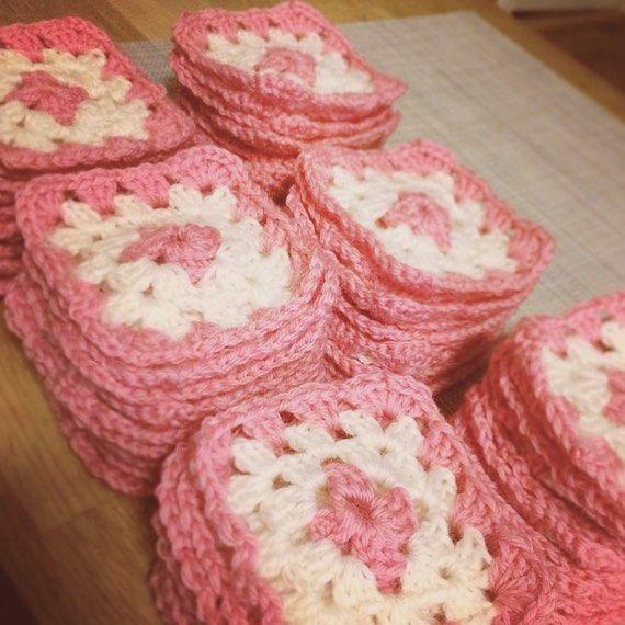 160 bestemorruter må til for å lage vognteppe til to små jenter  #bestemorruter #grannysquares #crochet #crochetblanket #crochetgift #crochetgifts #hekletvognteppe #vognteppe #homemade #hjemmelaget #hekling #heklet by knitting_kris