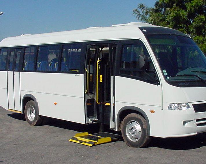 > MKS 250 PDO: Características: Para ser aplicado en micro o minibuses, en la puerta lateral delantera o la trasera; Usada, en la posición de transporte, como escalera de acceso; El curso de elevación es de 800mm; Elevación con sistema electro-hidráulico, con apertura y ladeo manual (escalón + mesa); Capacidad de carga: 250kg; Mesa con 800mm de anchura y 1000mm de largura con barrera frontal y ladeo por gravedad.