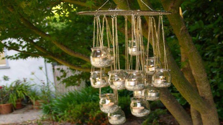 DIY pour fabriquer soi-même des lampions d'extérieur illuminés par des bougies posés dans des pots de verre et à suspendre sans retenue dans les arbres du jardin.