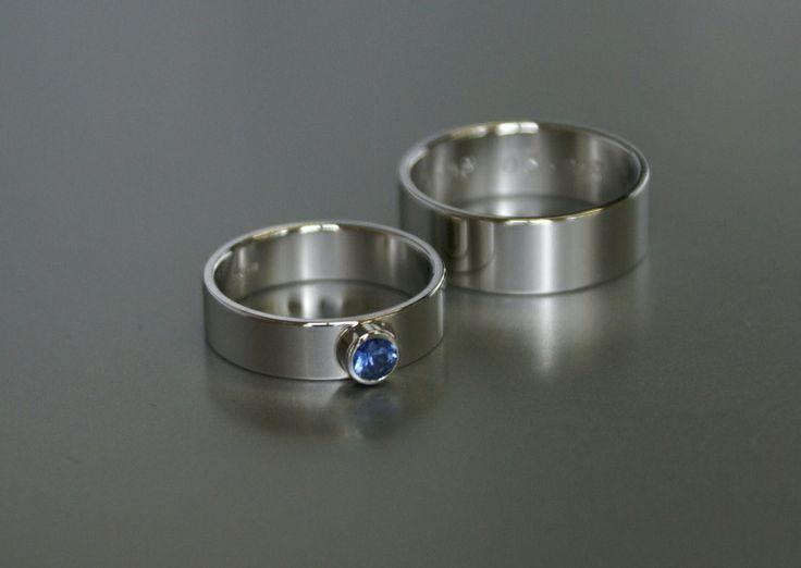 platina trouwringen met een blauwe saffier