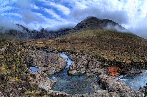 Pasisaje de las Fairy Pools   El requisito imprescindible son las botas de montaña, en todo el trayecto te acompañará un  camino de grava que está en buenas condiciones la mayor parte del tiempo