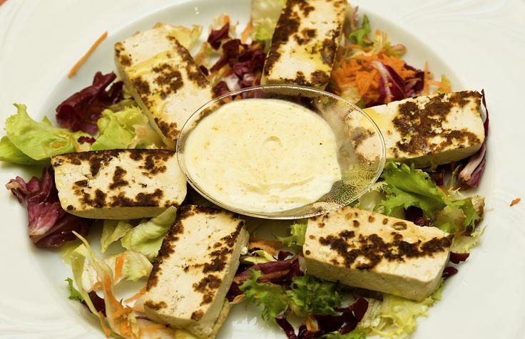 Quadrucci di Tofu grigliato al Curry con insalata di stagione