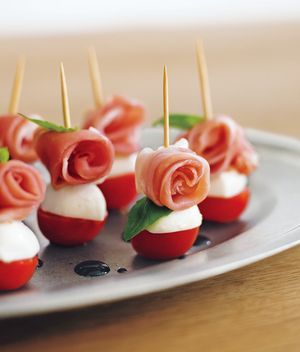 生ハムトマトのピンチョス【 材料 2人分 】プチトマト 4個 モッツァレラチーズ(ひと口タイプ)4個 生ハム 4枚 バジルの葉(小さめ)8枚 〈バルサミコソース〉バルサミコ酢 大2 、塩 少々 、はちみつ 小1/2 【作り方】 プチトマト・チーズは半分に切る。生ハムは半分に切り、くるくると丸める。耐熱容器にバルサミコ酢を入れラップをかけずにレンジで2分30秒。塩・はちみつを混ぜる。プチトマト・チーズ・バジル・生ハムを1切れずつ重ねて、ピックを刺して器へ盛り、ソースをかける。