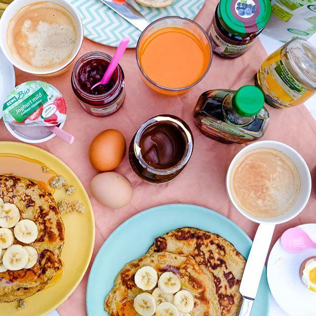 """(Werbung) Sonntags darf es ruhig ein bisschen mehr sein. Brötchen und Marmelade, Obst, Omelette und neuerdings auch Bananenpfannkuchen. """"Vitaminreich durch den Winter"""" heißt es aktuell bei @rewe und dafür habe ich bei meinem letzten Einkauf mal gezielt nach REWE Bio Produkten Ausschau gehalten und war positiv überrascht, wieviele es gibt! Auf unserem Frühstückstisch standen heut morgen ausschliesslich bio Produkte. Butter, Eier, Marmelade, Nuss-Nougat-Creme, Milch, Käse, usw. Aus nur drei…"""