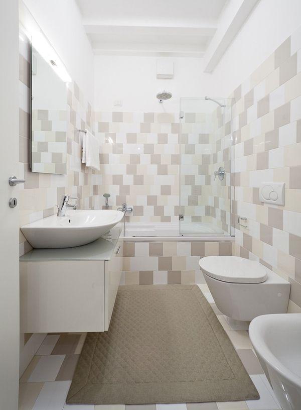 浴室方面,磁磚顏色跟地毯色系搭的很棒,這邊提醒一點,有專家建議不要在浴缸外放地毯,貴妃出浴時很容易滑倒,這是真的,所以要放就像這樣放大張的才夠穩。