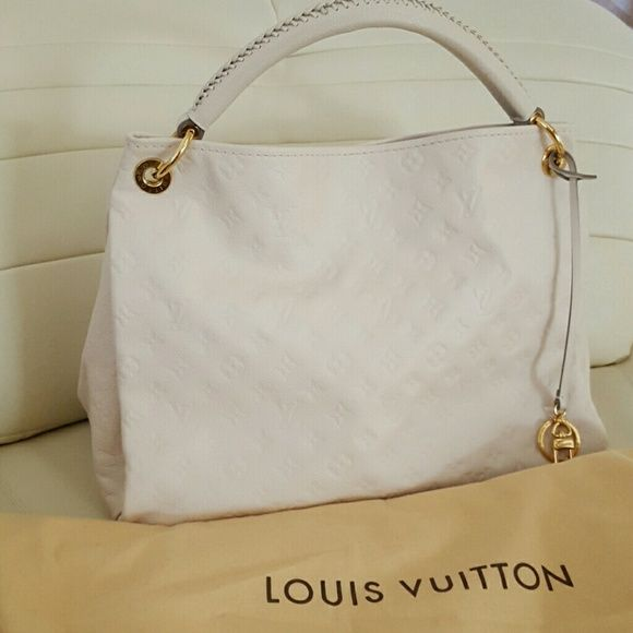 Louis Vuitton Artsy MM It's like a new condition. Fashionable and spacious. Louis Vuitton Bags Totes
