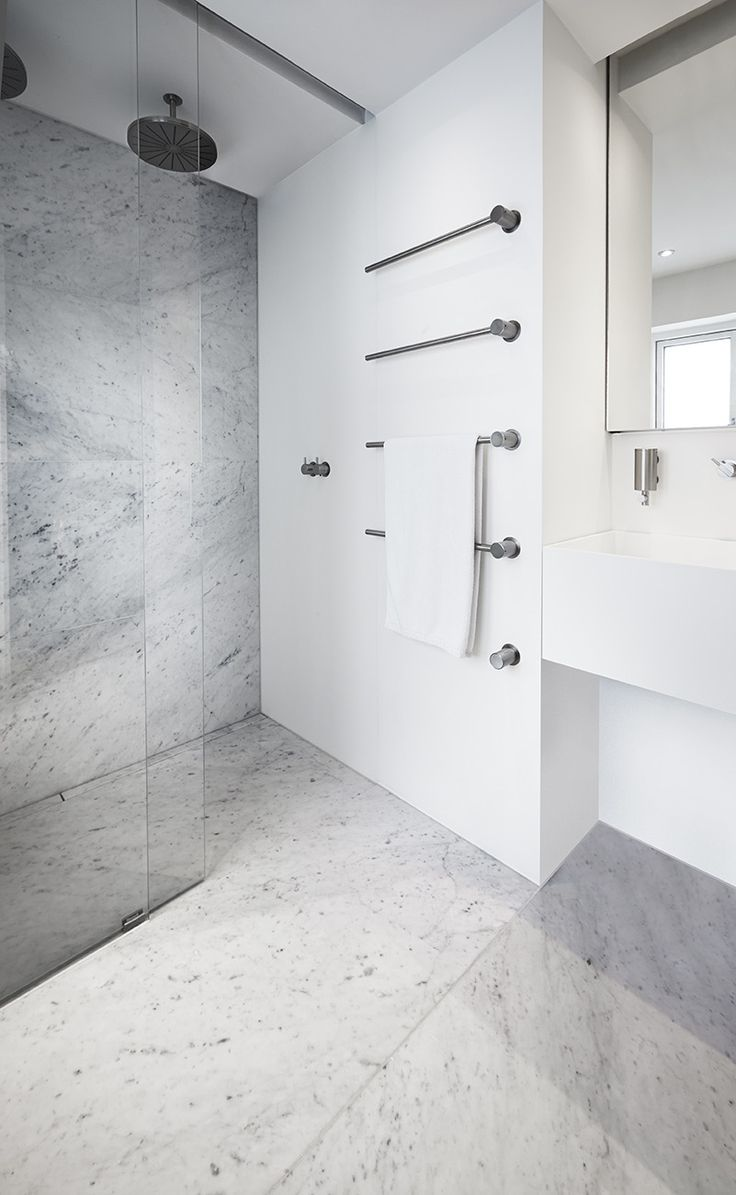 Badeværelse med eksklusiv dobbeltbruser med ekstra langt linjeafløb dekoreret med marmor, som matcher resten af gulvet i badeværelset. unidrain®: HighLine & modul1100. #Mette Julie Skibsholt, Kreativ Leder, Arkitekt, Arkitema Architects #marble #marmor #bathroom #badeværelse #design #nordic #scandinavian #inspirational #custom