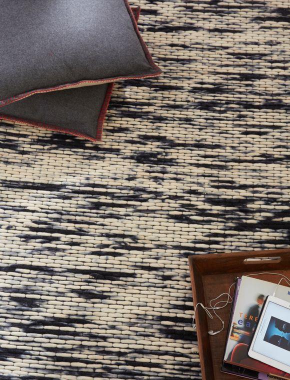 Fresh Sch ner Teppich aus Wollfilz der von natur bis indigo Blau abwechselnd eingef rbt ist der Teppich erh lt daher eine interessante Oberfl che