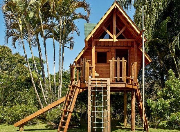Situada em uma parte plana do terreno, entre palmeiras arecas e imperiais, a casinha pode ser acessada por escada comum, de cordas ou de marinheiro (à dir.) (Foto: Victor Affaro/Editora Globo)