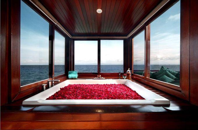 """バリ随一のリゾート地「アヤナ リゾート&スパ バリ」は、インド洋と美しい夕日を望むことのできる絶好のロケーションにあり、ホテルやプライベートビーチ、レストラン、スパなど多様な施設を有しているリゾートです。""""バリで最も美しい夕日を眺めることが出来る""""と言われている「ロックバー」には世界中から多くの人が訪れており、施設内ではバリ島らしい贅沢なひとときを味わうことができます。"""