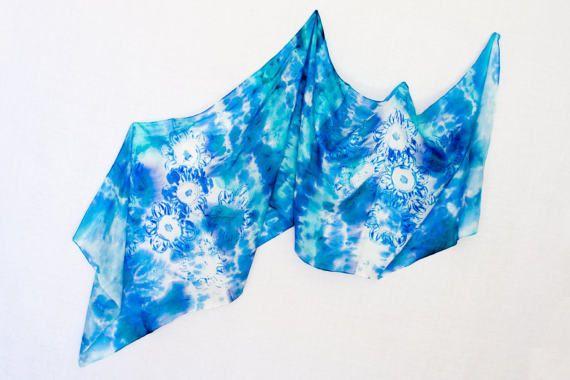 Sciarpa dipinta a mano in seta con geometrie diversificate tra