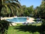 Griekenland.    Een heerlijke bestemming voor het hele gezin: lekker aan zee, goed klimaat en zeer betaalbaar.    http://www.snp.nl/reizen/griekenland/europa/gezinsvakanties