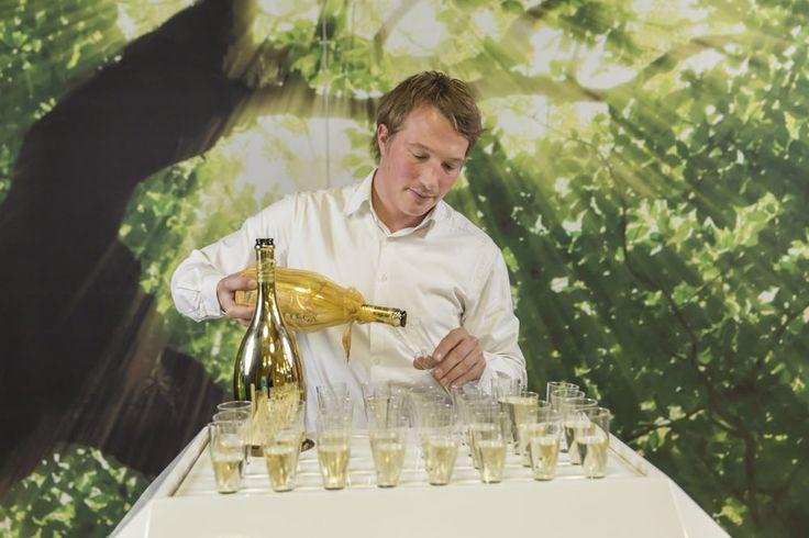 Ieder event verdient een welkomstdrankje. De bubbles bar-unit biedt u deze mogelijkheid. Mobiel, stijlvol en opvallend.  Uitgevoerd met sfeervolle LED verlichting, flessennest en een glazen deur. Wij kunnen ook, middels de voorbewerkte bladen, disposables gebruiken. Met maar liefst 60 champagne glazen loopt u nu tussen de gasten zonder dat er ook maar een druppel verloren gaat.