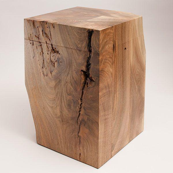 Eine fein geschliffene Urne aus Walnußholz.