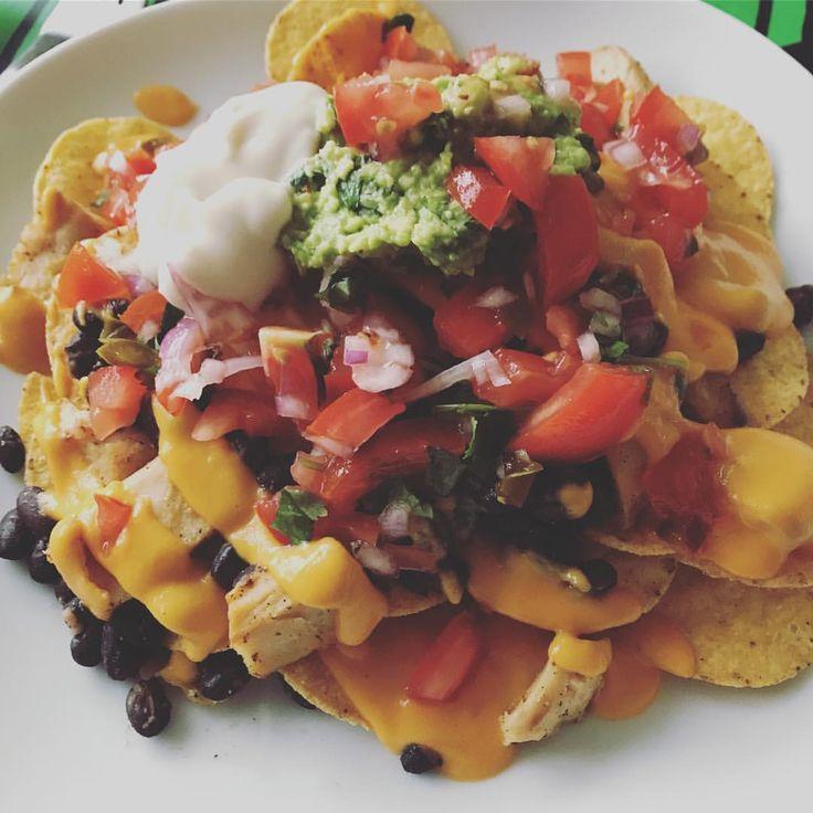 Muchos nachos #nacho #hälsanskök #healthy #sallad #tallrik #salsa #bönor #svarta #guacamole #avokado #tortilla #chips #recept #govegan
