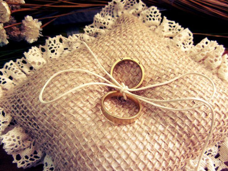 Almofada artesanal r�stica para alian�as. Confeccionada com juta, renda e cord�o de algod�o na cor p�rola.
