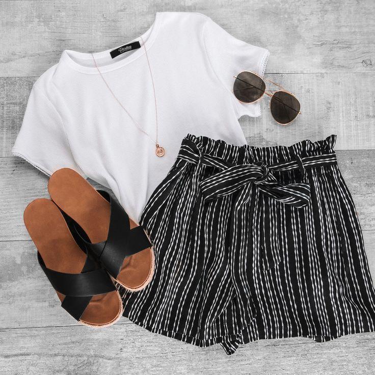 Ein schlichtes weißes T-Shirt und gestreifte Shorts sind das perfekte Freizeitoutfit für