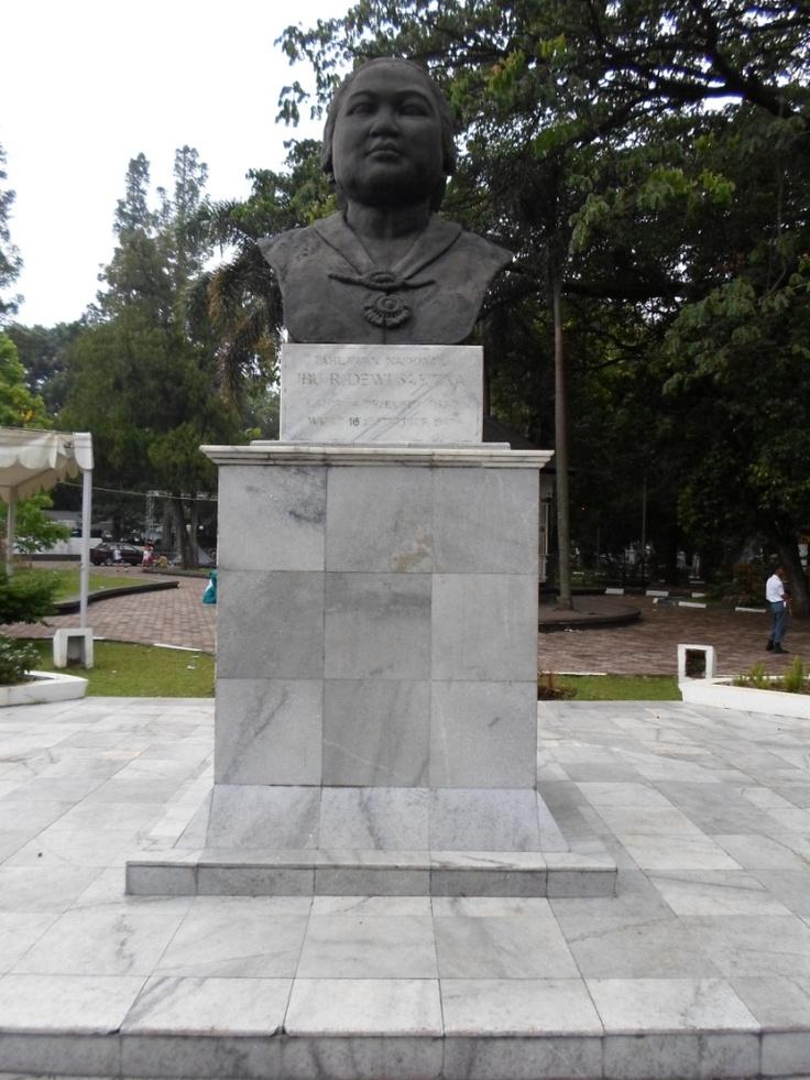 Patung Dewi Sartika di taman Balai Kota Bandung