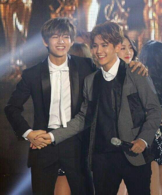 V and Baekhyun. Ahabstvtsvstvsgtgstgs THE FEEEEEELLLLLSSSSS!!!!!!! They do look like brothers!!!