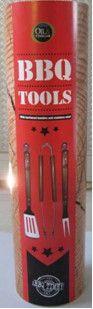 €19,95 - BBQ tools in tube (3-teilig) Schönes robustes BBQ Besteck-Set. Extra lang (45cm), so kommen Sie dem Feuer nicht zu nahe. Für jedes BBQ  verwendbar!   Produktbeschreibung •In einer Kartonrolle, Maße: Ø 13 cm, 50 cm Höhe •Grillgabel, Maße: 45 cm x 3 cm •Grillwender, Maße: 45 cm x 7,5 cm •Grillzange, Maße: 45 cm x 3 cm •Material: Hartholz und Edelstahl  •Mit eingebranntem O&V Logo •In schöner Geschenk-Box •Toll als Vatertagsgeschenk!