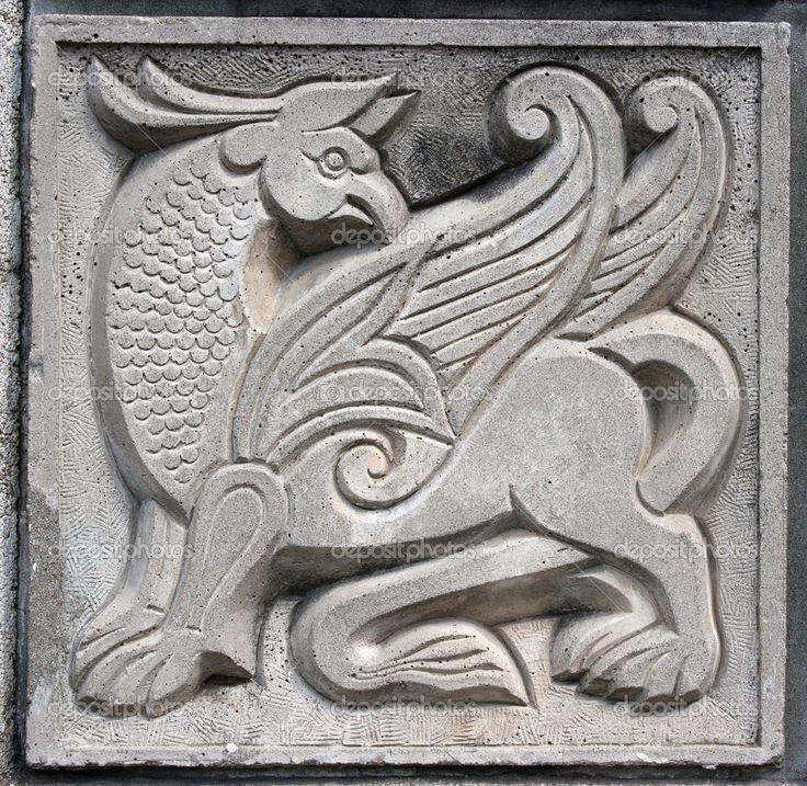Старый Барельеф фэнтези сказка Крылатый лев на стене