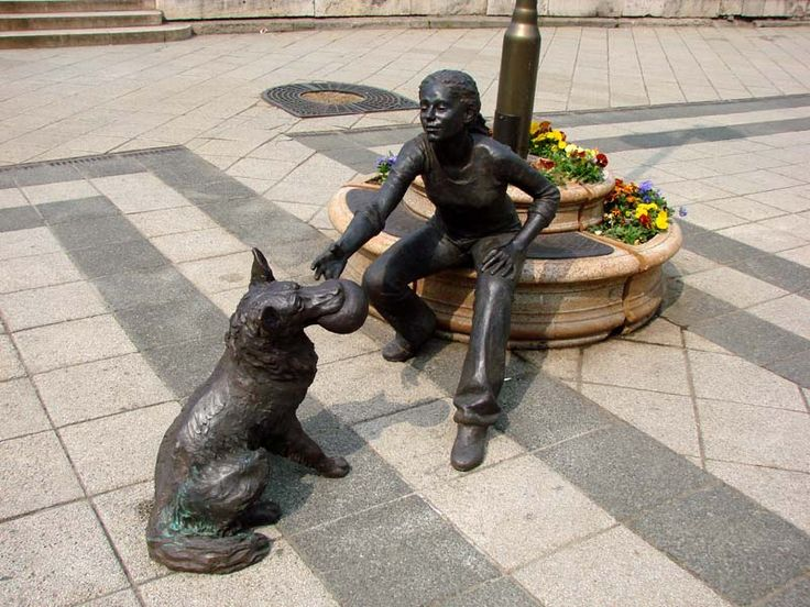 A kutyás lány Raffay Dávid alkotása Budapest, Vigadó tér