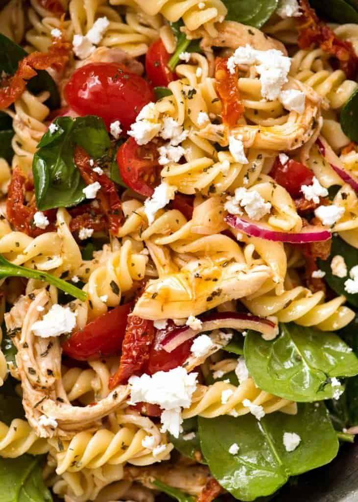 Nudelsalat mit sonnengetrockneten Tomaten und Huhn   – Salads