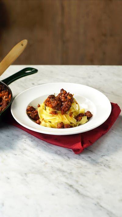 Talharim com ragu de linguiça, uma ideia de jantar deliciosa e perfeita para uma ocasião a dois.
