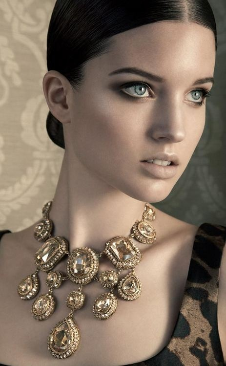 Beautiful, beautiful evening eye makeup. Statement necklace by Grieder. #grieder #statement #makeup
