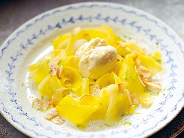 Mango med vaniljglass, kokos och lime | Recept.nu