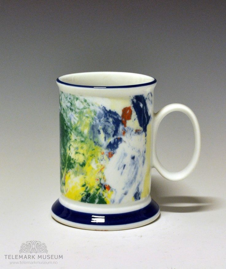 Kaffekrus av porselen, med oval hank og påstøpt stett.  Modellen er designet av Eystein Sandnes. Motiv: Jakob Weidemann.