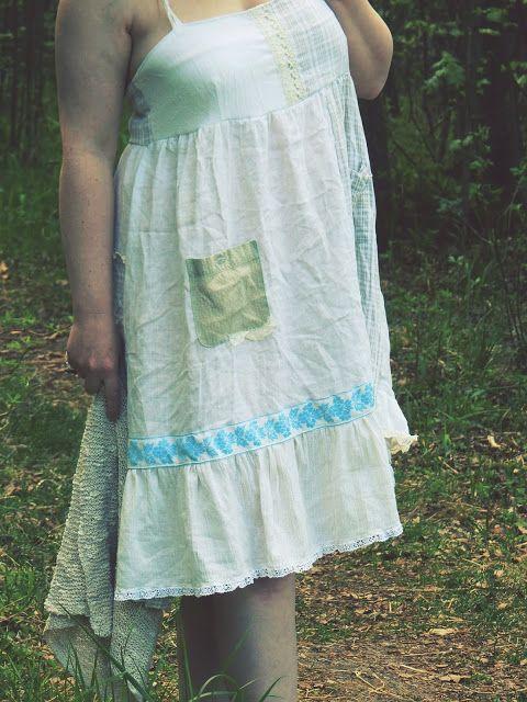 Miltä kuulostaisi mekko, joka on tehty paitojen jämistä? Kaikenlaisia palasia mitä muista tuunauksista on jäänyt jäljelle? Pienin tilk...