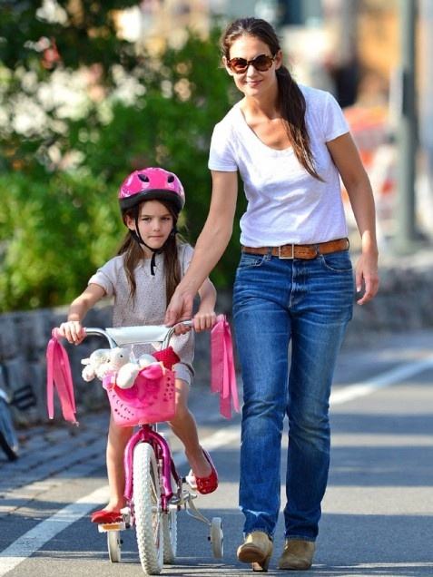 Mom Katie Holmes' style is relaxed and comfortable while spending time with daughter Suri. #SuriCruise #momuniform #greatjeans