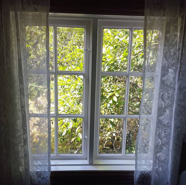 Restaurering av vinduer er noe av det vanskeligste en håndverker kan gjøre. Restaureringen består av utallige valg, og ofte blir det fristende å benytte moderne lim, kitt og tilgjengelig treverk fra nærmeste byggevare. Men vi sverger til å bruke de samme materialene som ble brukt originalt. Vi håper flere får lyst til å holde det gamle håndverket i hevd! Vi er heldige som har så mye håndverk fra 17-1900-tallet vi kan lære av. #naturligematerialer #kjernevedfuru #tettvokstgran #linolje…