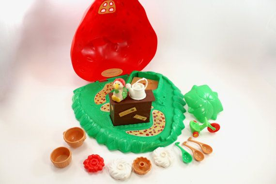 Vintage Strawberry Shortcake Berry Bake Shoppe case and