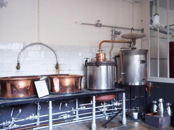Découvrez la distillerie et dégustez les liqueurs du Noyau de Poissy !