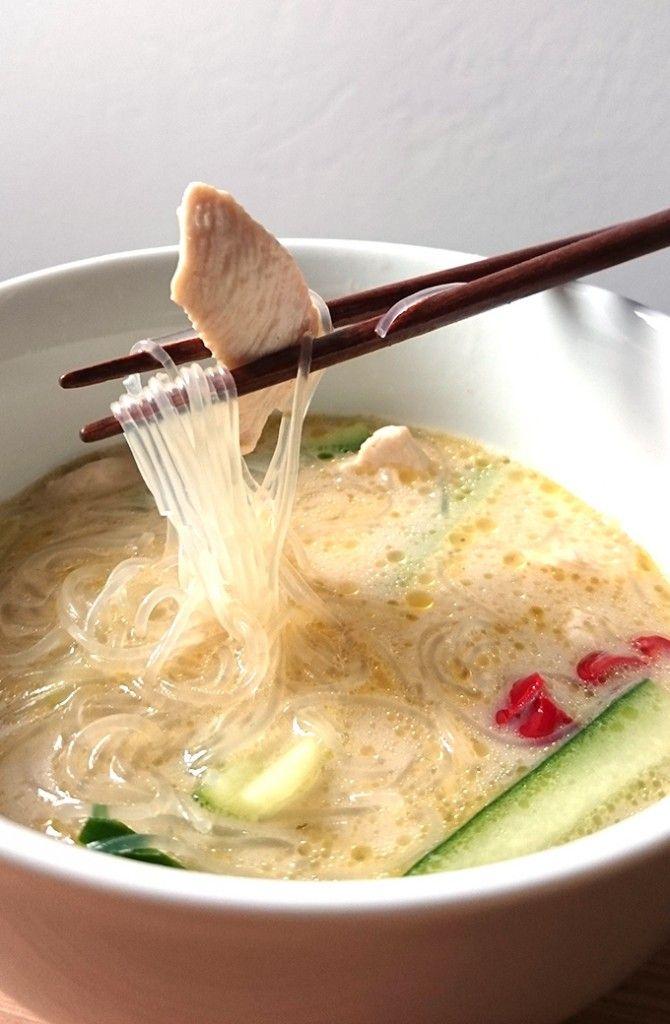 Asiatische Zitronengras Kokosnuss Suppe a la Tom Kha Gai mit Glasnudeln und…