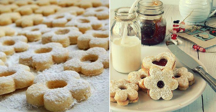 """Linecké cukroví je krásná a chutná tradice Vánoc. Přinášíme vám recept na jeho opravdu """"rozplývající se"""" variantu. Ingredience 1 kg hladké mouky 400 g krupicového cukru 4 střední vejce 2 balení kypřícího prášku 500 g změklého másla šťáva a kůra z jednoho citrónu marmeláda na potření Postup Vyšlehejte máslo s cukrem, přidejte vejce, kůru a ..."""