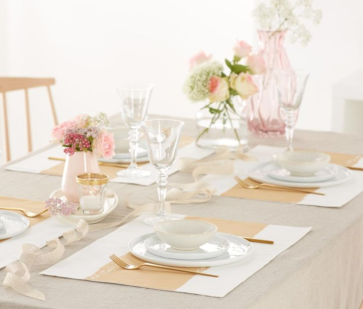 299 Kč | Ať už tón v tónu, nebo v barevném kontrastu: Prostírky se postarají o stylově prostřenou tabuli. Tato čtyři elegantní prostírání se zlatými pruhy jsou vyhotovena z jemné čisté bavlny.