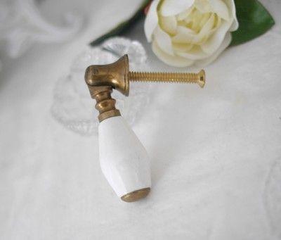 Gammeldags handtag låd kläppe/hänge i guldfärgad metall med inslag av vitt porslin i mitten. Till lådor och skåp ist för knopp e
