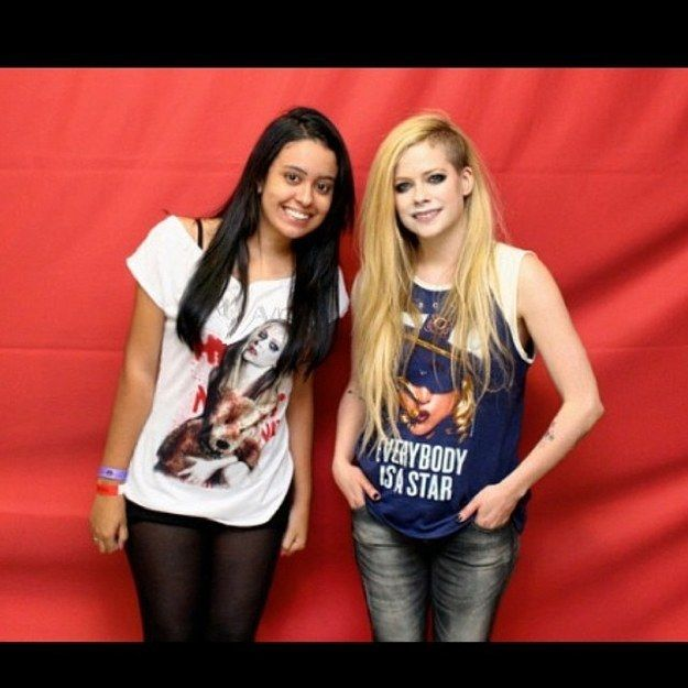 Don't ever lean IN to the personal space. | 8 Breathtakingly Awkward Pictures Of Avril Lavigne And Her Fans