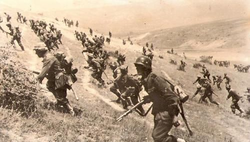 German infantry attack Russian positions - Eastern Front. -- It looks like the soldiers of 11th army storming the outskirts of Savastopole, June 1942.