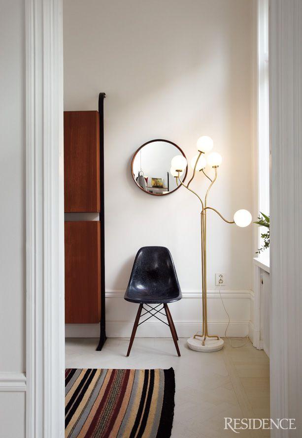 photo via Residence Magazine, Elises rum | Fiberglass side shell chair in indigo
