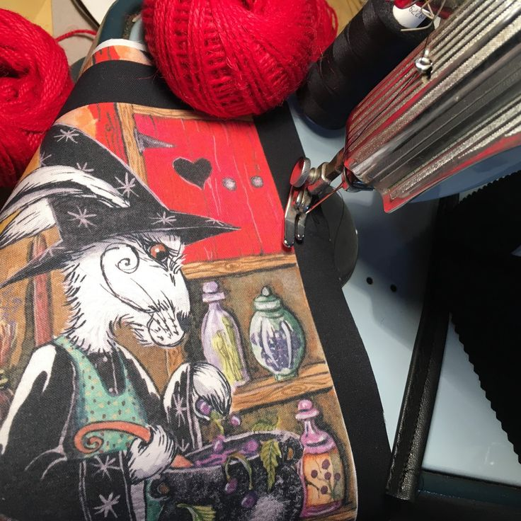Sewing a few more witchy bags this sun-turn, the last for a few weeks on my much loved old Jones sewing machine! A pleasure to use!