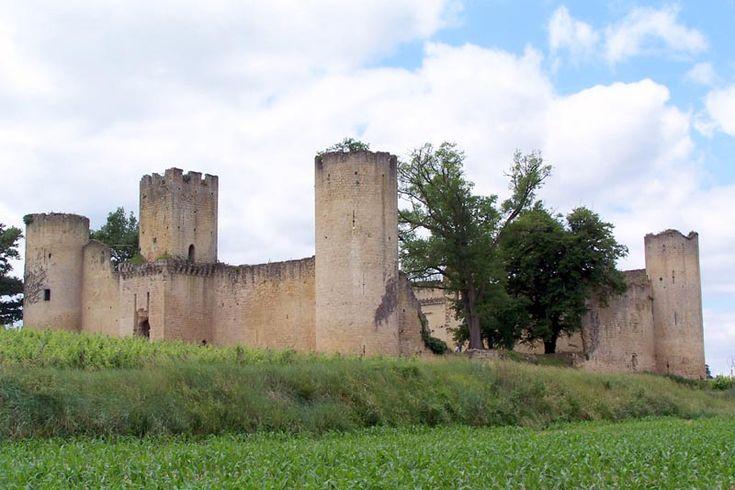 Le château de Budos, même s'il est mutilé, a encore fière allure. Il a été bâti au début du 14°s par un neveu du pape Clément V qui possédait le château voisin de Villandrault. Les 2 sites ont d'ailleurs en commun un plan carré et l'absence de donjon. Budos est saccagé au 17°s pendant la Fronde et sert de carrière de pierre au 19°s