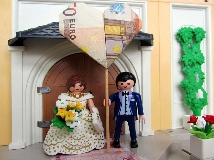 Hier könnt ihr entdecken, wie man mit einem Playmobil Brautpaar ein richtig tolles Geldgeschenk für die Hochzeit gestalten kann. MIT DIY-ANLEITUNG