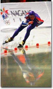 Le patinage de vitesse - Patin à glace, patinage sur glace - Le patinage de vitesse sur grande piste est une discipline très athlétique. Les patineurs ondulent sur la glace dans un mouvement de balancier. En compétition, deux concurrents...