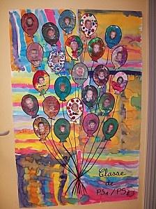 Bouquet de ballons avec les photos d'élèves.