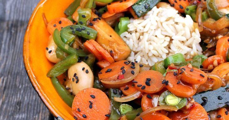 Grønnsaker og store hvite bønner i woksaus